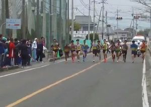 県内一周駅伝第1日目後半、スタートする選手たち=佐賀市の東与賀運動公園