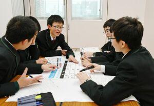 グループワークで県の予算案を考え、税金の使い道と金額を話し合う生徒たち=佐賀市の佐賀学園高