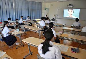 オンラインで行われた高校進学説明会=伊万里市の南波多郷学館