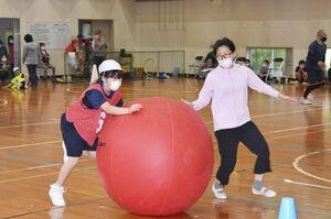 体育館で実施された滝野小中学校の体育大会=伊万里市