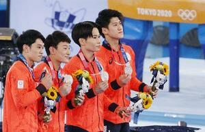 体操男子団体で銀メダルを獲得し表彰式でポーズをとる(左から)谷川航、北園丈琉、萱和磨、橋本大輝の日本チーム=有明体操競技場