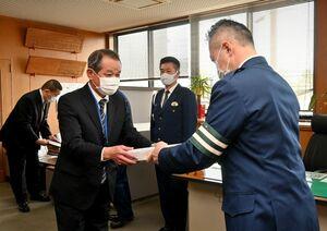 諸泉孝俊神埼署長(前列中央)から表彰状を受け取る脊振中の三上智一校長(左)=神埼警察署