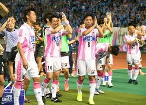 広島を破り、笑顔を見せるMF高橋義希選手(14)ら鳥栖イレブン=広島市のエディオンスタジアム広島