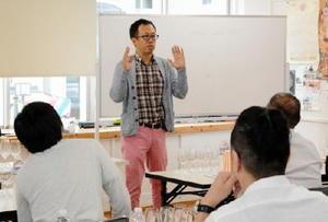 参加者の前でワインについて話すマスター・オブ・ワインの大橋さん=佐賀市唐人町のTOJIN茶屋