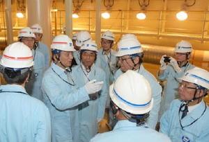 玄海原発3号機原子炉格納容器内を視察し、説明を受ける山口祥義知事(左から2人目)。右端は九電の瓜生道明社長=19日午後、東松浦郡玄海町(代表撮影)