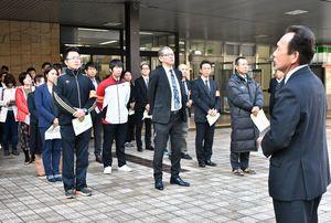 出発式であいさつする県高校生徒指導連盟の真子哲会長(右)と高校教諭ら=佐賀市の佐賀駅