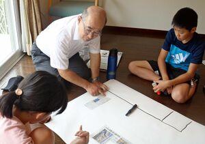 多久島デスクと意見を交わす富士小6年の子どもたち=佐賀市富士町の笹沢左保記念館