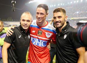 引退試合終了後、目を潤ませながらヴィッセル神戸のMFイニエスタ(左)、FWビジャ(右)と抱き合うトーレス。3人は元スペイン代表で、2010年W杯の優勝メンバー