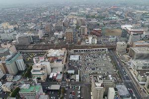 佐賀市が整備するJR佐賀駅周辺。西友佐賀店の撤退が決まり、隣の駐車場では民間ビルの開発計画が進んでいる(ドローンで撮影)