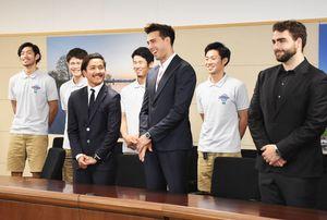 山口知事を訪問した佐賀バルーナーズのアンバサダー、サシャ・ブヤチッチさん(右から3番目)たち=佐賀県庁