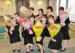 行内の成人式の後、記念撮影をする行員たち=佐賀市の佐賀銀行本店