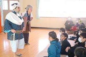 佐賀にわかの舞台に声援を送る児童生徒ら=佐賀市天祐の県立盲学校