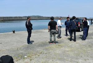 鹿児島県阿久根市・阿久根港の車が転落した現場=13日午前10時42分