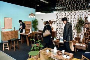 レグナテックのブースは、凝ったデザインの新作家具を並べている=大川市の大川産業会館