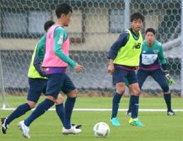 横浜M戦に向けた練習で、後方から指示を出すDF青木(右から2人目)=25日、鳥栖市北部グラウンド