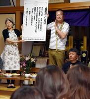 子どもたちに「食前のことば」についての教えを説く浄林寺の住職・日野恵一さん(右)=鹿島市高津原の浄林寺