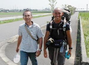 徒歩で日本一周をしている舩坂元貴さん(右)と再会を果たした川﨑健二さん=小城市牛津町
