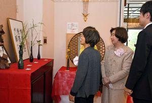 喜寿を記念して開かれた食事会に合わせ、生けられた茶花=佐賀市の佐嘉神社記念館