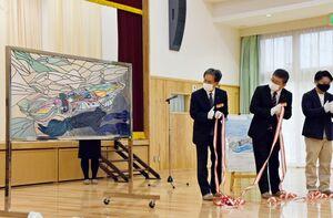呼子の街並みに展示されるイカを描いたステンドグラス=唐津市呼子町の呼子公民館