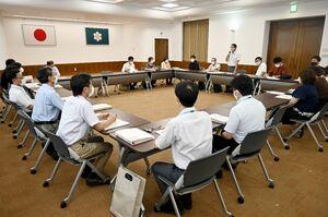 新型コロナウイルスへの対応に関し、佐賀県(手前)に医療機関の現状を訴えた県医労連の関係者ら=佐賀市の県庁