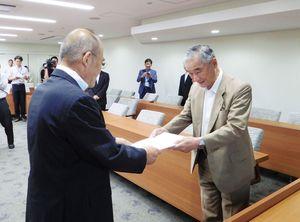 要望書を秀島敏行市長(左)に手渡す井田出海会頭=佐賀市役所