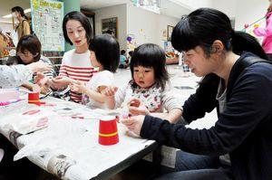 おもちゃ作りに取り組む親子=佐賀市産業振興会館