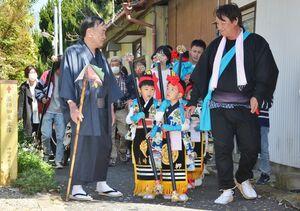 櫛田宮を目指す「みゆき大祭」の行列=神埼市神埼町