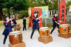 コロナ収束や地域活性化を願い、神舞太鼓を披露した神埼高3年生ら=神埼市神埼町の櫛田宮