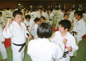 柔道教室で子どもたちに指導する古賀稔彦さん=2000年6月10日、佐賀市の県総合体育館