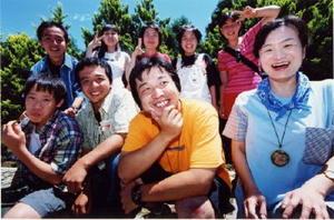 2000年、小児がん経験者のサマーキャンプに参加した延哲也さん(中央)と稲田浩子さん(右)=山梨県