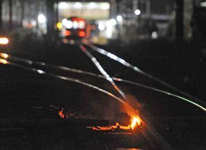 線路で燃える「カンテラ」。分岐器の凍結防止に使われる=佐賀市鍋島町(11日午後11時30分撮影)