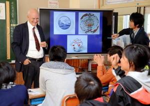子どもたちにオランダと有田焼の歴史について講義したライデン大のクリスチアーン・ヨルフ教授(左)=嬉野市の吉田小学校