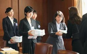 22日、核兵器廃絶を訴える署名をジュネーブ軍縮会議の事務局に提出する日本の高校生平和大使=ジュネーブ(共同)