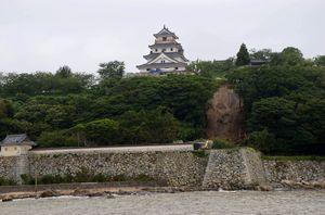 唐津市東城内の唐津城では東側斜面が高さ約20メートルにわたって崩壊した