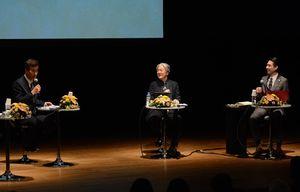トークショーで、鍋島直正の胸中について思いを巡らす俳優の石原良純さん(左)ら=佐賀市の県立美術館ホール