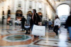 マスク姿の人々が行き交うミラノの街角=17日(AP=共同)