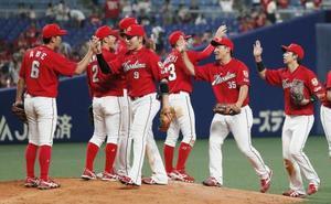中日に勝利し、タッチを交わす丸(9)ら広島ナイン=ナゴヤドーム