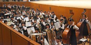 オーケストラピットから、迫力のある演奏で式を盛り上げた佐賀北高吹奏楽部