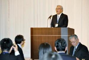 佐賀県健康づくり財団の業務開始式であいさつする池田秀夫理事長=佐賀市のマリトピア
