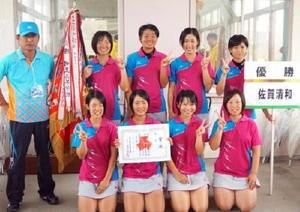 ソフトテニス女子団体を制した清和の選手たち=鹿児島市営東開庭球場