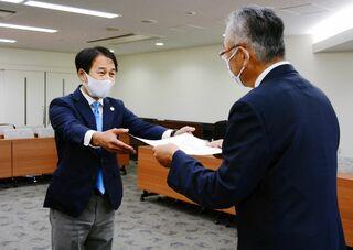 佐賀市長選当選の坂井氏に証書 市選管が付与 新市議36人にも