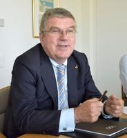 合同インタビューに応じるIOCのバッハ会長=21日、スイス・ローザンヌ(共同)