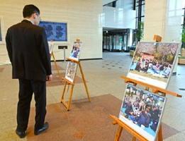 交流会の様子などA3パネル25点が並ぶ=佐賀県庁の県民ホール
