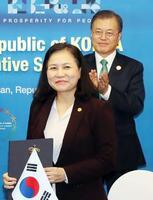 WTO事務局長選に出馬した兪明希氏(手前)と韓国の文在寅大統領=2019年11月、韓国・釜山(聯合=共同)