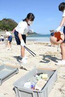 海の漂着物を種類別に仕分ける湊中1年の生徒たち=唐津市相賀の北浜