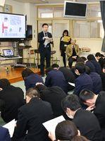 生徒たちに、自身が書いた佐野常民についての記事を配り、説明する山口貴由記者=佐賀市の東与賀中