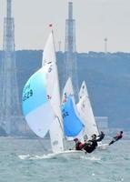 ヨット・JOCジュニア五輪杯 風をつかみ、ゴールを目指す420級の選手たち=唐津湾