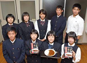 佐賀商業高校が6日に発売したレトルトカレー「極星」=佐賀市の同校
