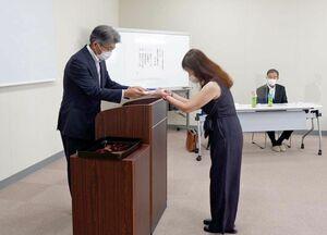 団体の代表者に目録を手渡す井上誠二理事長(左)=みやき町の大電佐賀事業所