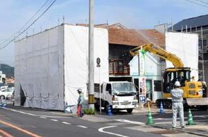 県道の拡幅工事で、強制的に取り壊される空き家=唐津市朝日町